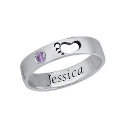 Graverad ring med babyfötter product photo