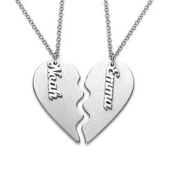Graverad hjärthalsband för par i matt silver produktbilder