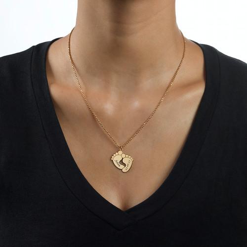 Graverade babyfötter – halsband i  18k guldplätering - 1